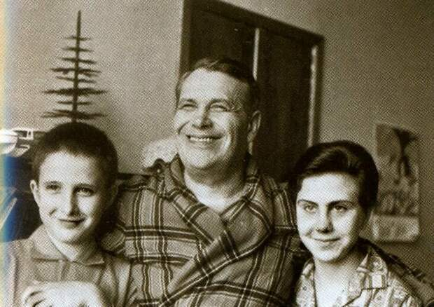 Бернес с пасынком Жаном и дочерью Наташей