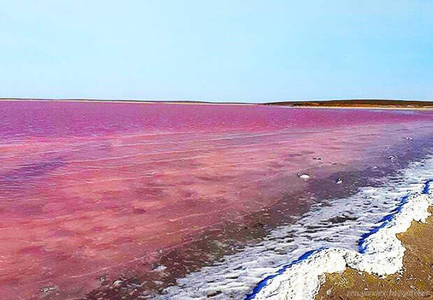 Озеро Колтан-Нур - одно из немногих русских озер, окрашенных в розовый цвет.