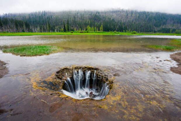 Потерянное озеро, Орегон, США. Иногда озёра возникают сами по себе, а иногда они исчезают. Одно из озёр штата Орегон исчезает каждое лето, оставляя после себя цветущий луг, а осенью возвращается на место. Виной тому — лавовые трубки, пролегающие под дном, которые заполняются водой летом, а осенью отдают избыток осадков в озеро.