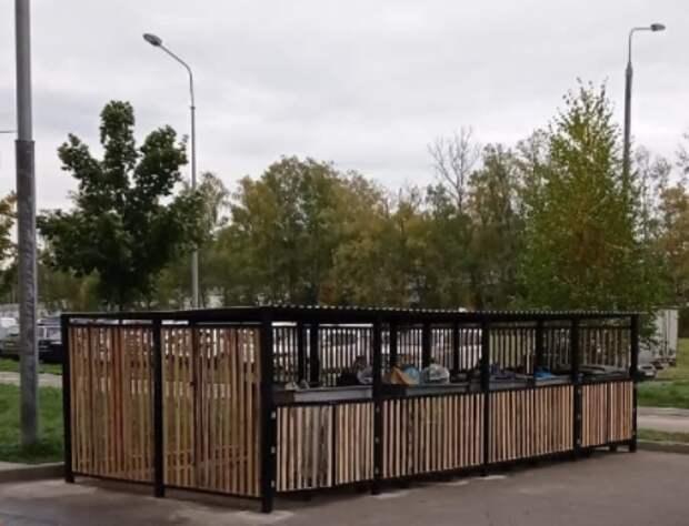 В одном из дворов на Дмитровском шоссе соорудили «домики» для бытовых отходов