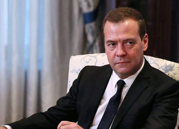 Медведев удовлетворен четырехдневной рабочей неделей