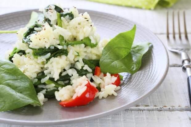 Диетический гарнир: рис с сельдереем и шпинатом