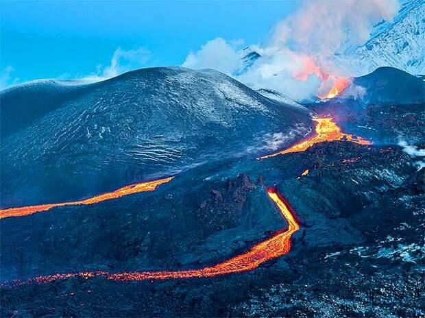 9. Вулканы Камчатки Полуостров Камчатка, расположенный на северо-востоке Евразии, известен на весь мир тем, что именно здесь расположено огромное количество вулканов – как давно потухших, так и спящих – они занимают около 40% от всей площади полуострова. Также именно здесь находится самый горячий водоём на Земле – озеро Фумарольное, чья температура составляет 50 градусов. На юго-востоке полуострова есть также Долина гейзеров — уникальный природный комплекс из 20 крупных гейзеров и нескольких сотен выходов термальных вод, из которых течет почти кипящая вода, и поднимаются горячие струи пара.
