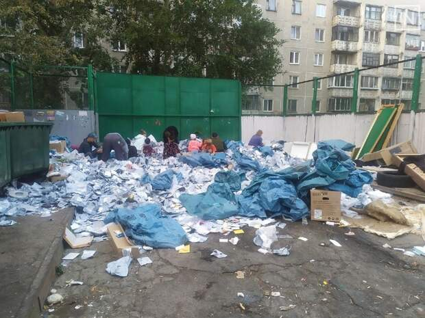 В Екатеринбурге на помойку вывалили партию посылок