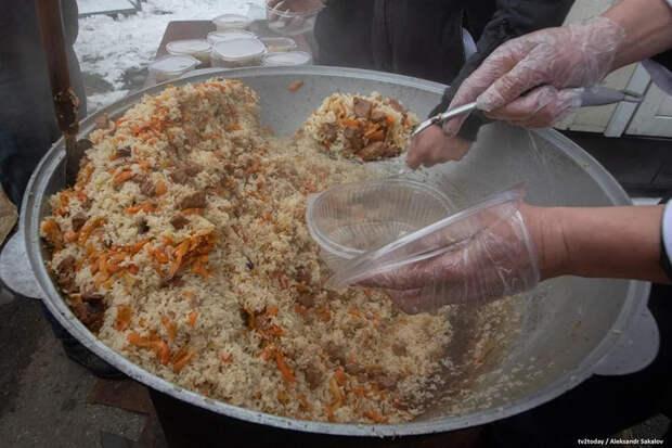 «Зарплата — это одно, так благодарить — совсем другое». Узбеки готовят плов для врачей