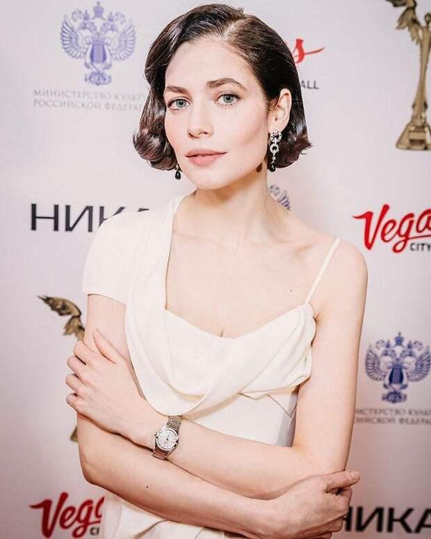 Зато с душой: Евгений Цыганов спел для Юлии Снигирь на премии «Ника»