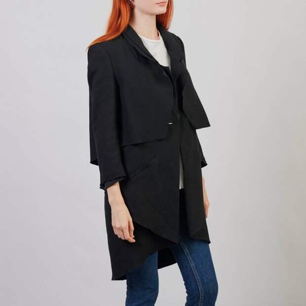 Черное пальто с асимметричными деталями на одной пуговице.