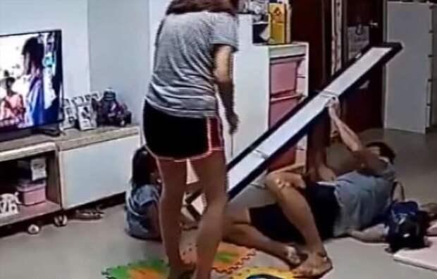 Отец спас ребенка, на которого чуть не упало зеркало (1 фото + 1 видео)