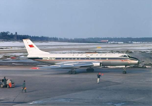Aeroflot_Tupolev_Tu-124_at_Arlanda,_April_1966.jpg