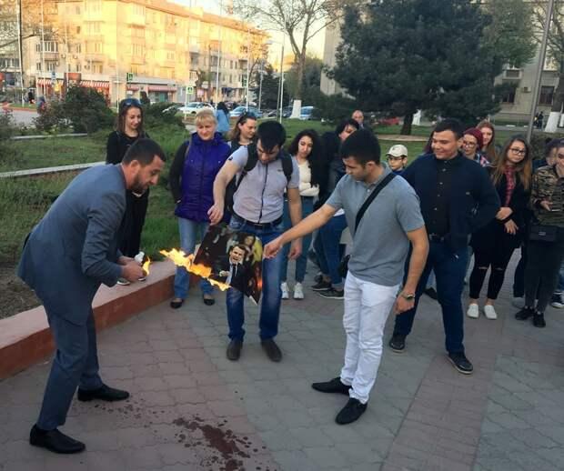 В Крыму на акции протеста сожгли портреты Трампа, Мэй и Макрона 4