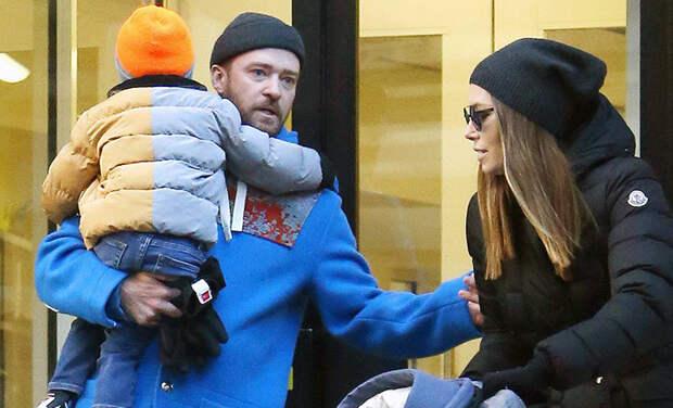 Помирились: Джастин Тимберлейк и Джессика Бил с сыном на прогулке в Нью-Йорке
