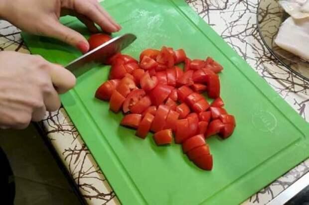 Нарезаем помидоры крупным кубиком