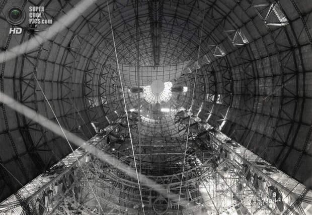 1933 год. Вид на американский дирижабль изнутри до установки газовых ячеек. (National Archives)
