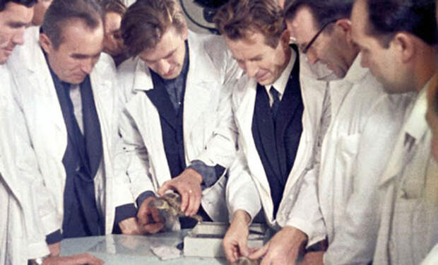 Как жили советские ученые и как живут российские: сравниваем зарплаты