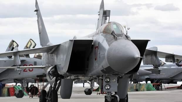 МиГ-31 перехватил американский разведчик над Тихим океаном