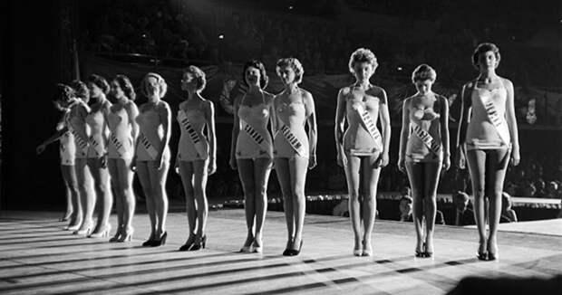 Подглядывая заучастницами конкурса «Мисс Вселенная» 50-х годов