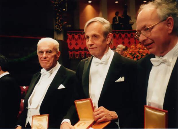 Джон Нэш после вручения Нобелевской премии не читал традиционную лекцию, так как организаторы опасались за его состояние, но провел семинар, на котором обсуждался его вклад в теорию игр