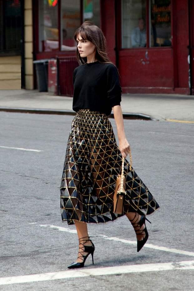 Женщина в необычной юбке с геометрической отделкой. /Фото: media.glamour.com