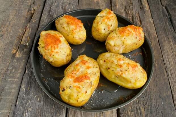 Запекаем картофель в духовке при температуре 250 градусов 30 минут. За 5-7 минут до готовности посыпаем тёртым сыром