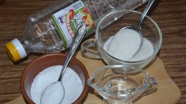 Для рассола понадобятся соль, сахар, уксус и вода / Фото: otomatah.ru