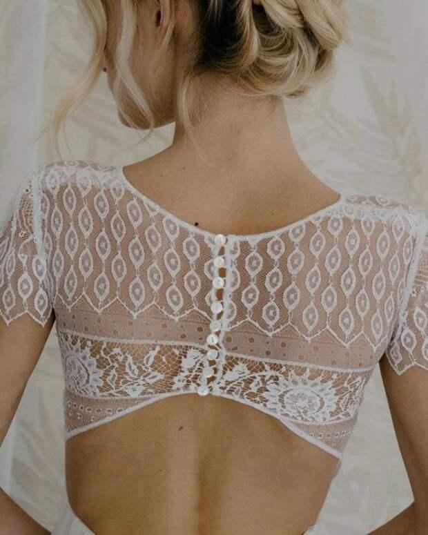 Белые блузки и платья с интересным декором на спине