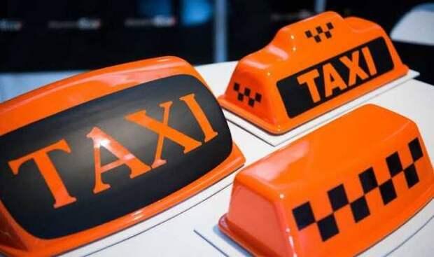 В центре Петербурга таксист сбил нескольких пешеходов и врезался в дом