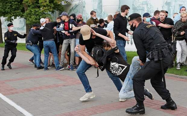 Людям в Белоруссии стоит думать головой, а не телевизором