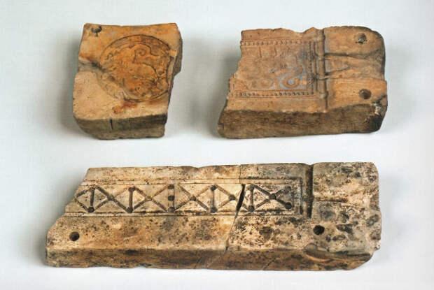 Каменные литейные формочки для отливки браслетов с подписью ювелира «Макъснмовъ» («Максим»). Найдены в слое пожара, связанного с гибелью города. Серенск (Калужская область). 1238 г. ГИМ.