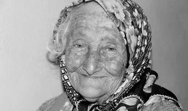 Поставил на место хамоватую кассиршу, повысившую голос на пожилую бабульку