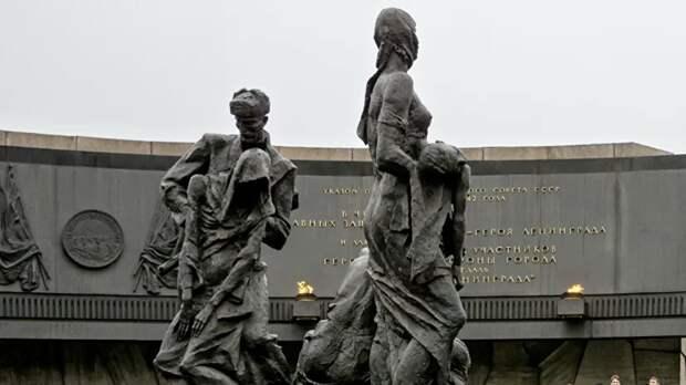 В Петербурге возложили цветы к Монументу героическим защитникам Ленинграда
