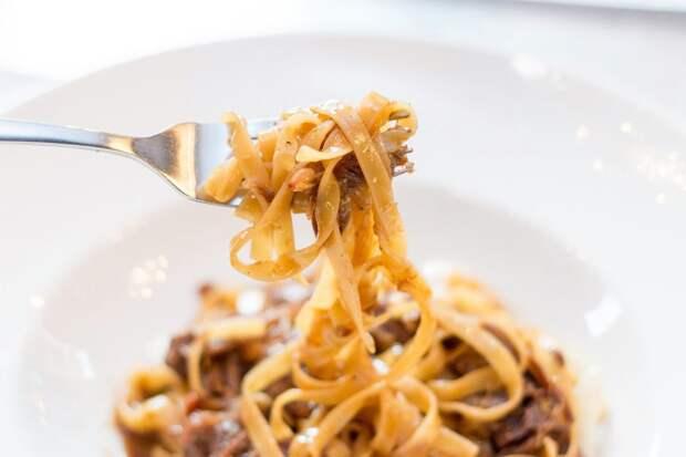 итальянская паста на вилке