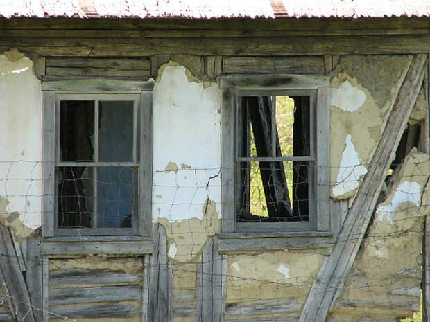 В Хабаровске школьник упал с третьего этажа, гуляя по заброшенному дому