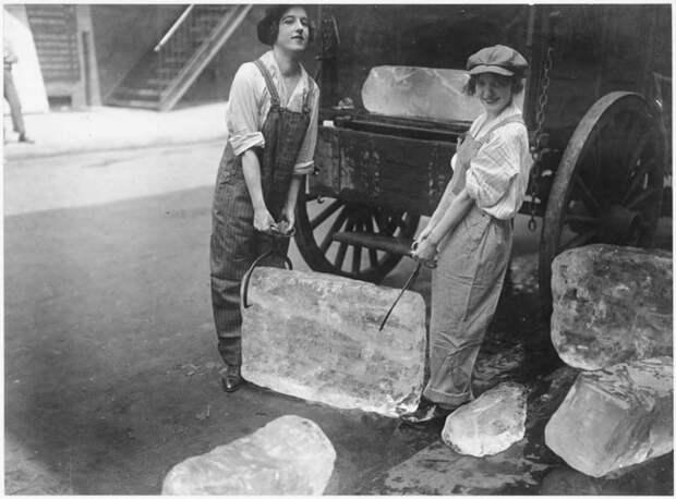 Девушки поставляют тяжёлые блоки льда