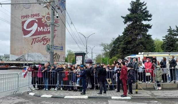 Масочный режим и социальную дистанцию не соблюдают зрители парада Победы в Ростове