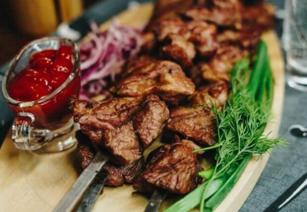 Шашлык из вырезки тает во рту: вкуснее мясо приготовить сложно