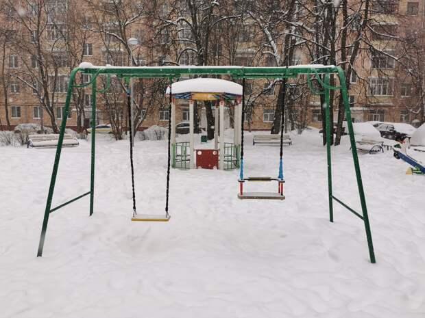Детскую площадку на Академика Комарова очистили от снега