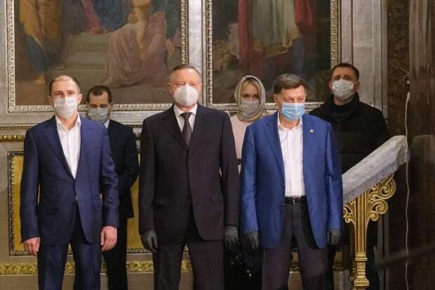 На изображении может находиться: 4 человека, люди стоят и в помещении