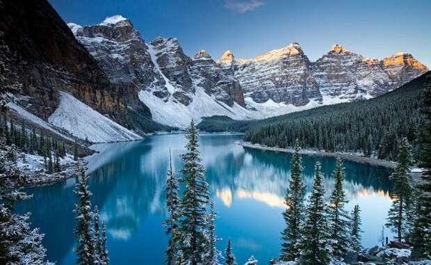 Долина Десяти Пиков Канада Одна из самых красивых долин мира расположена на территории национального парка в Канаде Ее окружают как можно догадаться из названия 10 горных пиков уникальной формы У входа в долину придется оставить машину путешествия здесь разрешены только пешие