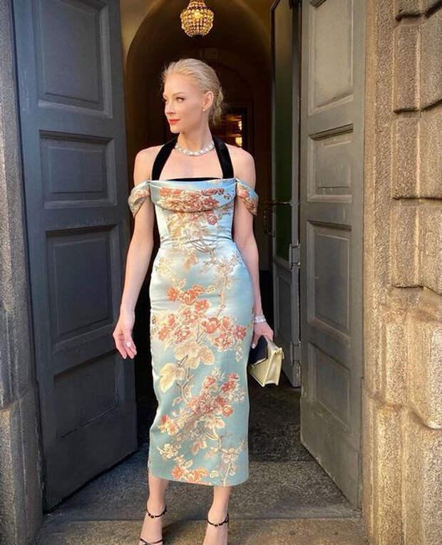 Светлана Ходченкова в платье с цветочным принтом