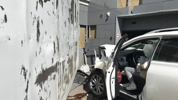 Россиянка на Lexus влетела в стену дома и едва на задавила пешехода