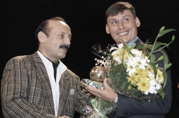 Семен Фарада вручает приз футболисту Илье Цымбаларю. 1996 год