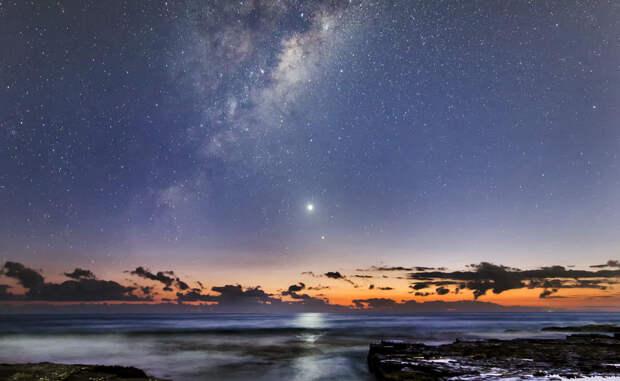 Явление Венеры Это редкое явление, во время которого пять планет выстроились на одном уровне. Венера, Меркурий и Млечный Путь показались за час до восхода Солнца.