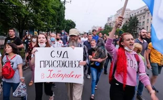 На фото: участники несогласованной акции в поддержку бывшего губернатора Хабаровского края Сергея Фургала
