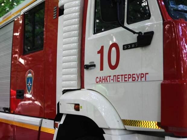 В Петроградском районе вспыхнул жилой дом