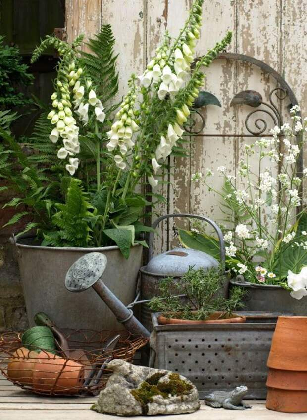 Не спешите выкидывать старую мебель и вещи: очаровательный винтажный декор для сада