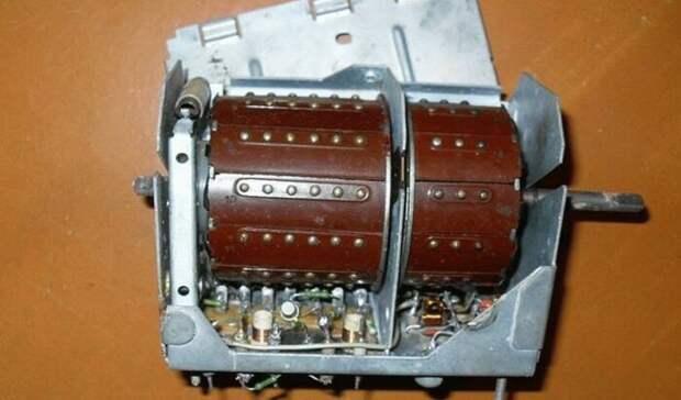 ПТК ламповых телевизоров советского производства имеет вид пластины с боковым колесиком / Фото: sk.bladeil.com