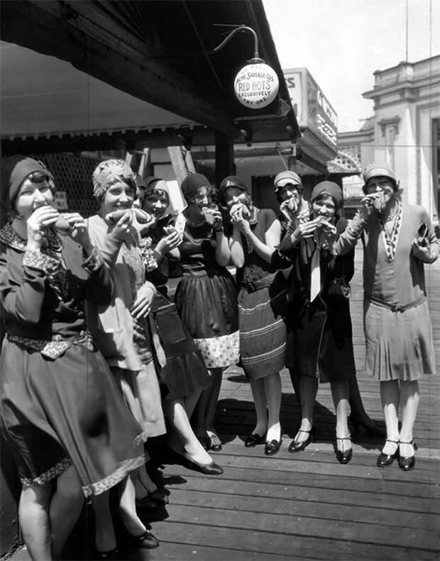 Жительницы Чикаго с хот-догами, 1920-е Стиль, винтаж, двадцатые, женщина, мода, прошлое, улица, фотография