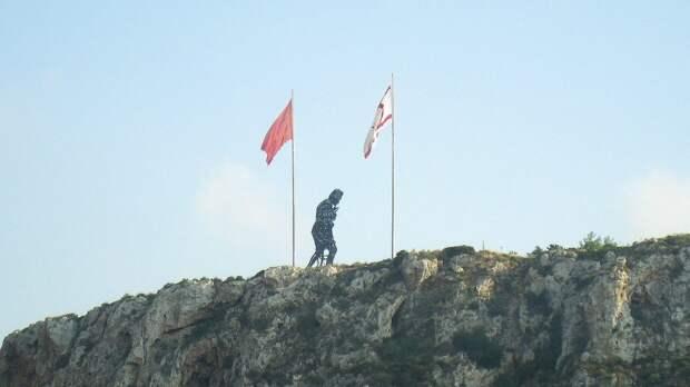 Статуя Ататюрка с флагами Турции и непризнанной Турецкой Республики Северного Кипра