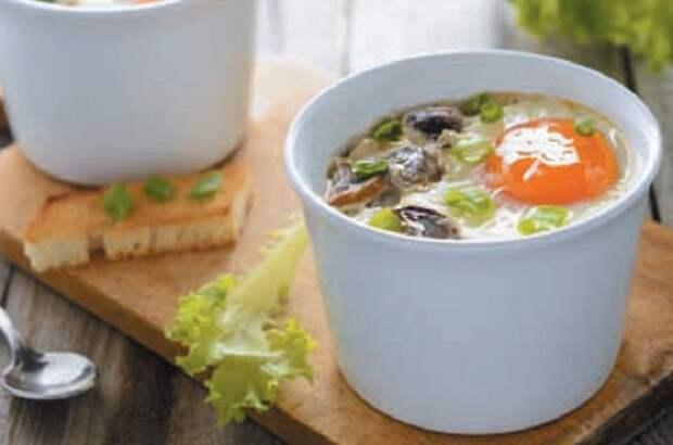 Яйца-кокотт с шампиньоновым пюре в чашечках