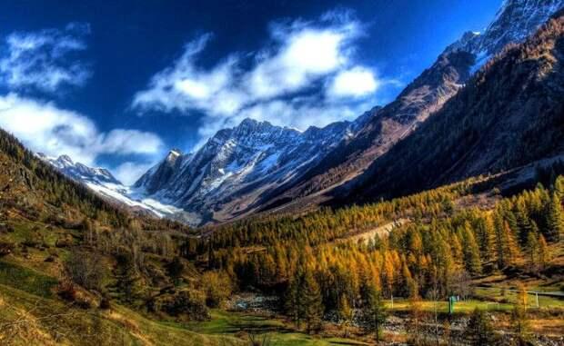 Лошанталь Швейцария Самая большая долина Швейцарии простирается на целых 27 километров Лошанталь окружена живописными горами средняя высота которых превышает 3000 метров